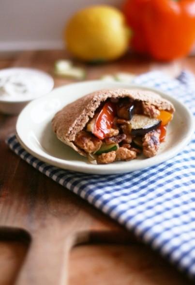 Veggie-Gyros-Taschen mit Grillgemüse und frischem Tsatsiki