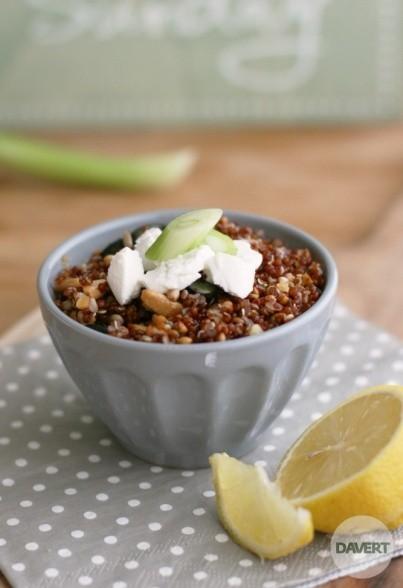 Roter Quinoa-Crunch mit Buchweizen & Ziegenfrischkäse