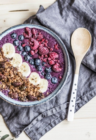 Berry Breakfast Bowl mit Amaranth-Granola