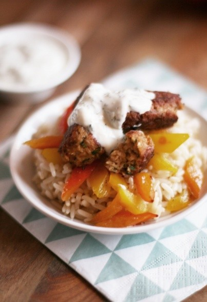 Sojaköfte mit orientalischem Reis, Paprikagemüse und Joghurt-Zitronen-Dip